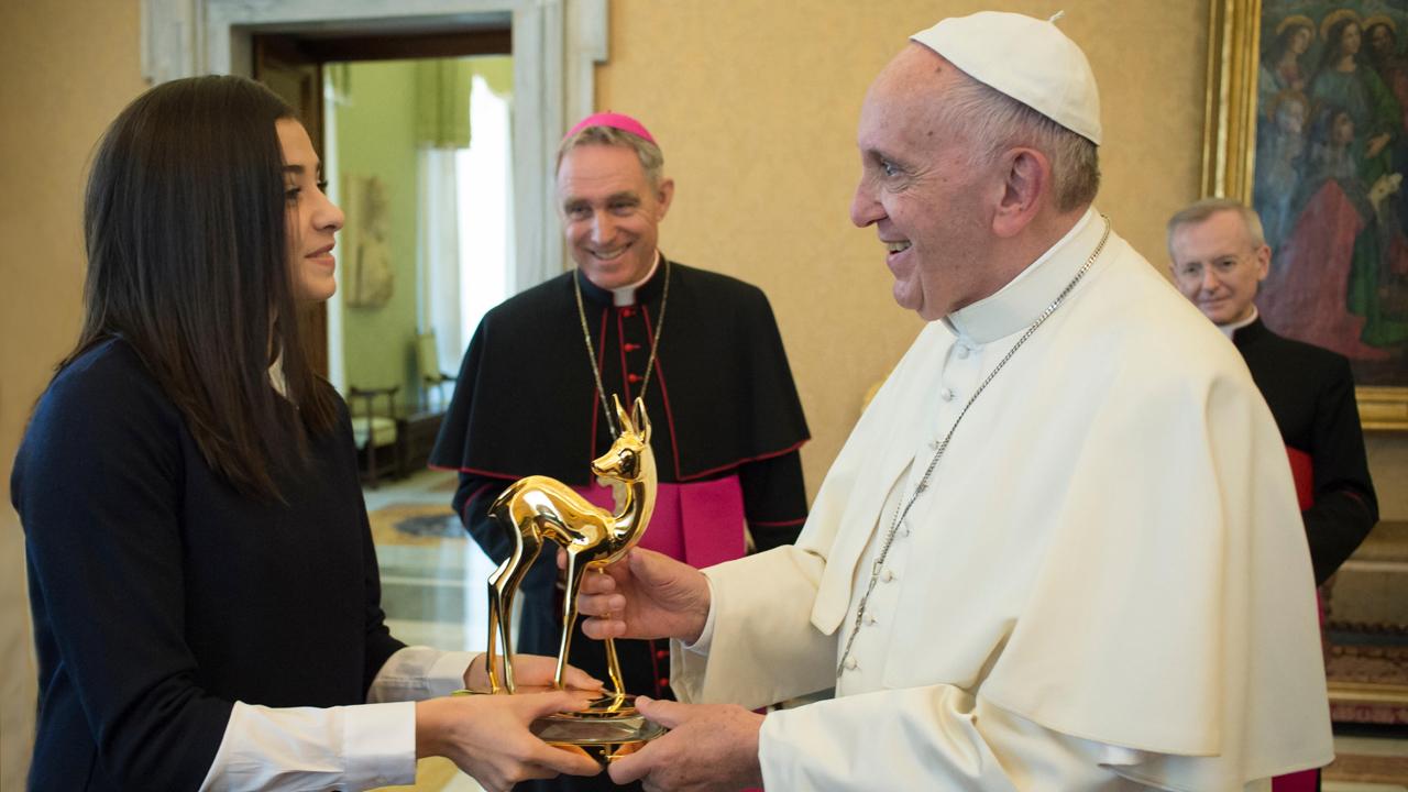 Yusra Mardini übergibt seiner Heiligkeit Papst Franziskus die Bambi-Trophäe© L'Osservatore Romano