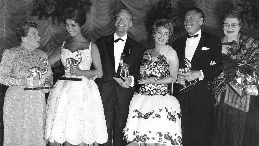 BAMBI-Sieger 1960, gekürt in der Karlsruher Schwarzwaldhalle im Frühjahr 1961 (v.l.): Annie Rosar, Sophia Loren, O.W. Fischer, Ruth Leuwerik und Willy Birgel
