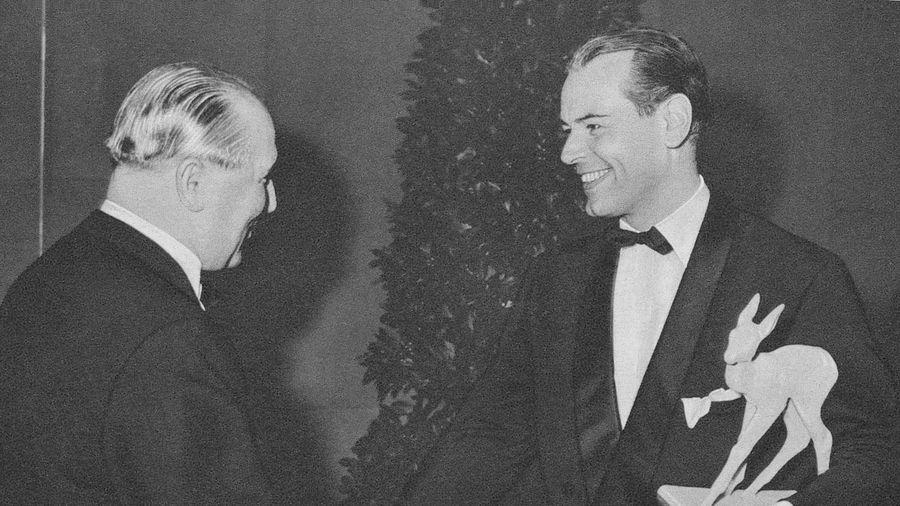 """Erste Bambi-Gala: O.W. Fischer (rechts) nahm BAMBI aus den Händen von """"Film-Revue""""-Verleger Karl Fritz entgegen"""