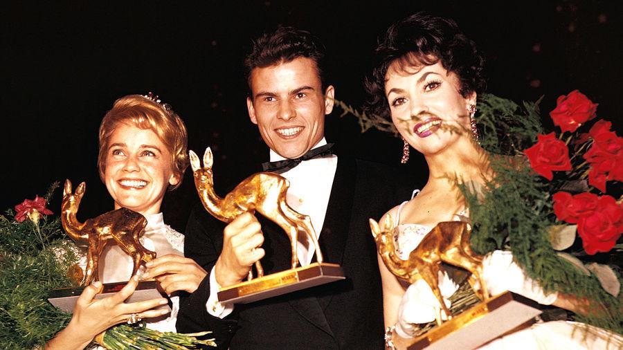 Die Sieger mit dem neuen goldenen BAMBI: Maria Schell, Horst Buchholz und Gina Lollobrigida.