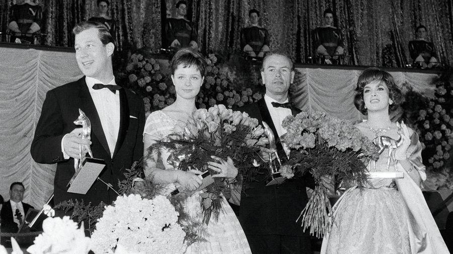 BAMBI-Verleihung 1960 (für das Filmjahr 1959): die Nachwuchs-Stars Hansjörg Felmy und Sabine Sinjen (links) sowie O.W. Fischer und Gina Lollobrigida