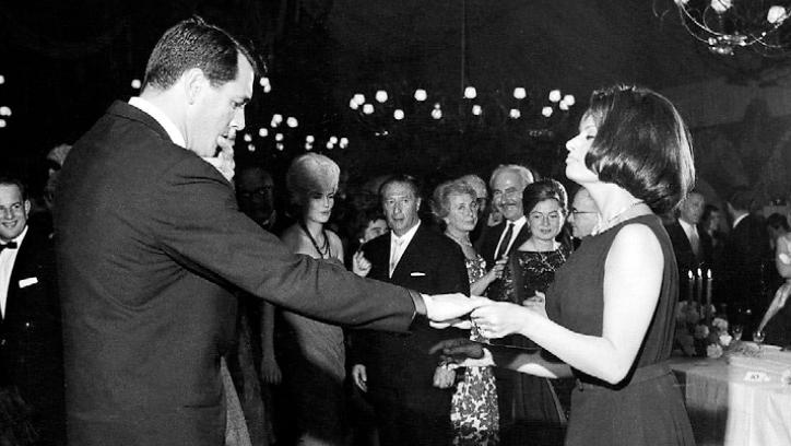 Hollywoodstar Rock Hudson war von den Tanzkünsten seiner Partnerin Sophia Loren sichtbar angetan.