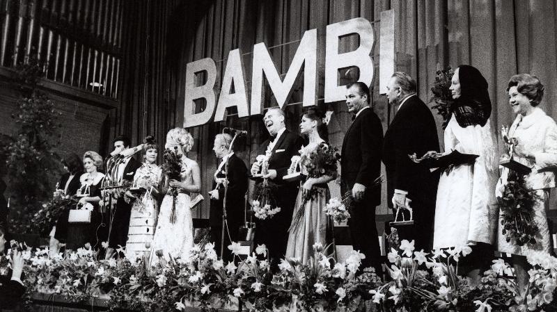 Starparade der Bambi-Sieger in München (v.l.): Lilo Pulver, Elke Sommer, Heinz Rühmann, Gert Fröbe, Marie Versini, Lex Barker, Gustav Knuth und Elisabeth Flickenschildt