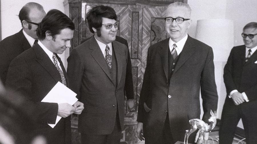 """BAMBI für den Bundespräsidenten Gustav Heinemann (rechts). Mit ihm freuten sich der damalige Verlagsleiter Hubert Burda (links) und der damalige Chefredakteur der""""Bild und Funk"""", Helmut Markwort"""