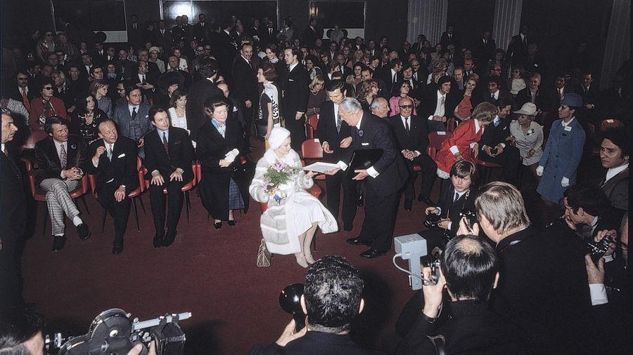 Von Hunderten beobachtet unterhält sich Fürstin Gracia Patricia im Kongresssaal des Casinos mit Senator Franz Burda.
