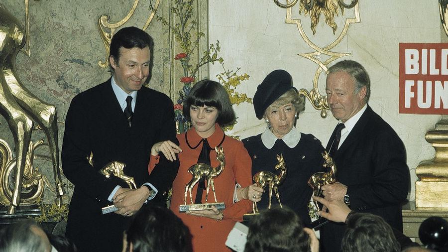 Die glücklichen BAMBI-Sieger 1971 im Salzburger Schloss Mirabell (von links): Peter Alexander, Mireille Mathieu, Inge Meysel und Heinz Rühmann.