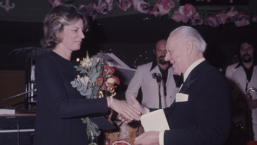 Der Star des Abends: Mildred Scheel erhält den BAMBI aus den Händen von Senator Franz Burda.