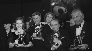 """BAMBI-Sieger für das Jahr 1982 im Münchner Ster ne-Restaurant """"Tantris"""" (v.l.): Dietlinde Turban, Larry Hagman, Thomas Gottschalk, Johannes Gross und Heinz Sielmann."""