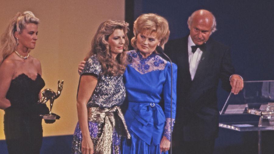 Kampf gegen Alzheimer: BAMBI-Siegerin Prinzessin Yasmin Aga Khan mit Laudatorin Hannelore Kohl und Moderator Dieter Kronzucker.