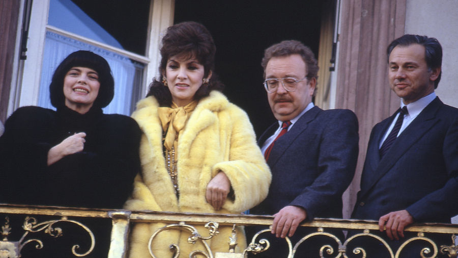 Auf dem Offenburger Rathausbalkon blickten Mireille Mathieu, Gina Lollobrigida, Offenburgs Oberbürgermeister Martin Grüber und Verleger Hubert Burda auf die Menschenmassen vor dem Rathaus.