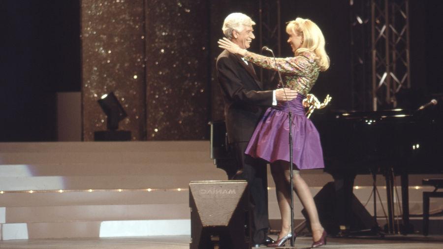 Eben noch bei den Anwälten – und jetzt Versöhnung auf der Showbühne: die holländischen Show-Importe Rudi Carrell und Linda de Mol.