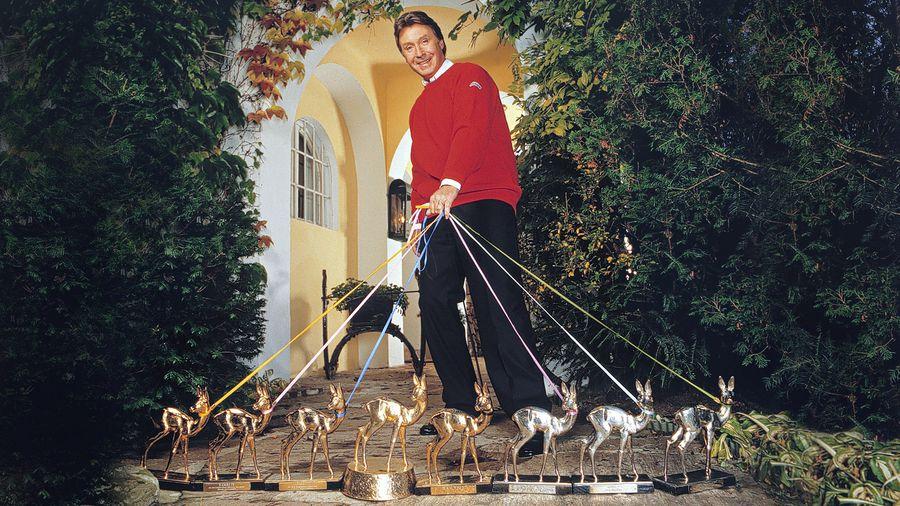 """Alle meine BAMBIS: Peter Alexander 1987 (damals hatte er nur acht BAMBIS) mit seiner Reh-Herde. Viertes BAMBI von links: der """"Super-BAMBI"""" mit dem legendären Bratpfannen-Sockel."""
