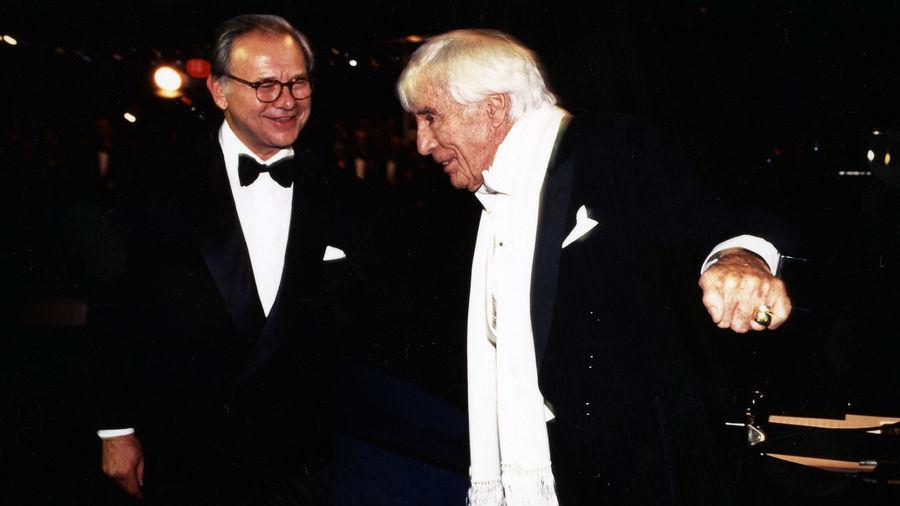 Ausgezeichnet für sein Lebenswerk: Johannes Heesters mit Verleger Hubert Burda bei der BAMBI-Verleihung 1997.