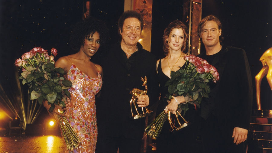 Siegerlächeln: BAMBI-Preisträger Tom Jones (2. von links) und BAMBI-Preisträgerin Sandra Bullock (Zweite von rechts, zusammen mit dem deutschen Popstar Sasha).