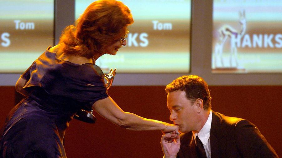 """Kniefall eines Hollywood-Superstars: Eigentlich sollte Tom Hanks von Sophia Loren mit dem BAMBI ausgezeichnet werden – Hanks kniete aber vor Loren nieder und nannte sie zweimal: """"Meine Göttin""""."""