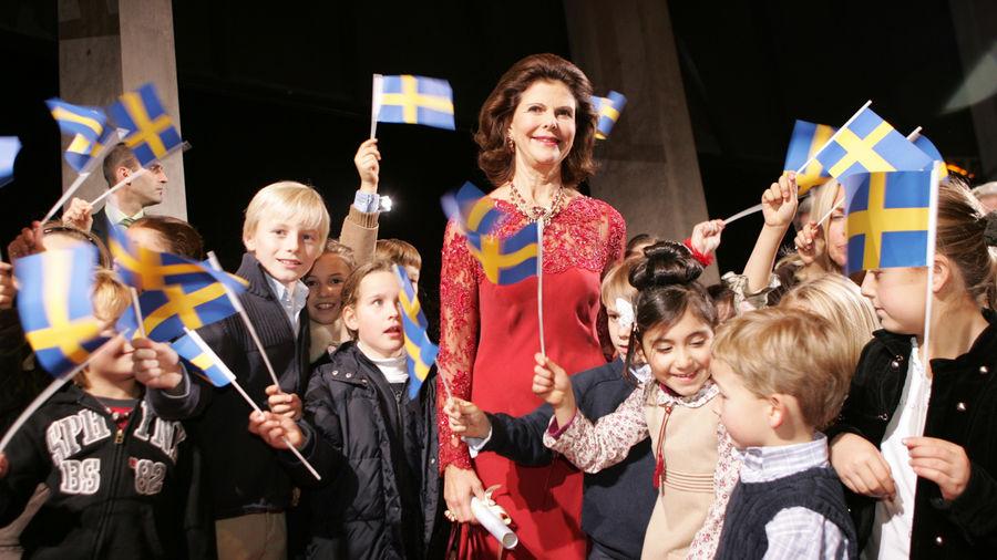 Empfang für Ehren-BAMBI-Preisträgerin: Begeistert schwenkten die Kinder ihre Schweden-Fähnchen, als Königin Silvia von Schweden 2006 in der Stuttgarter Mercedes-Benz-Welt eintraf.